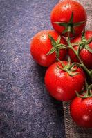 tomates em pedra preta foto