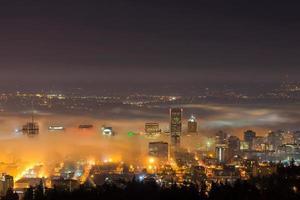 paisagem urbana de portland oregon na névoa da manhã foto