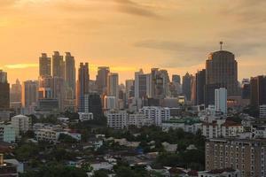 Vista da cidade de Banguecoque, distrito financeiro ao pôr do sol, Banguecoque, Tailândia foto