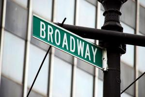 placa de rua de broadway foto