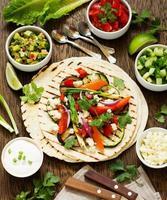 lanche vegetariano tacos com legumes grelhados e salsa. foto