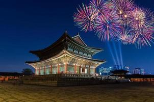 fogos de artifício coloridos e palácio gyeongbokgung à noite em seul, s