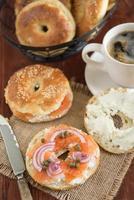 bagel de nova york com cream cheese, salmão defumado e alcaparras foto