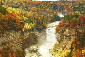 cena de outono de cachoeiras e desfiladeiro