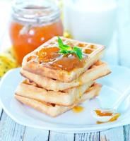 waffles com geléia de damasco