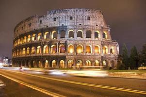 Coliseu à noite - Roma, Itália foto
