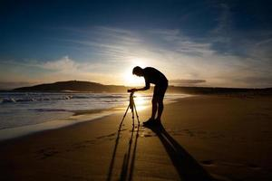 fotógrafo à beira-mar foto