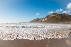 ondas trocando na praia foto