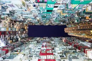 edifício residencial superlotado em hong kong foto