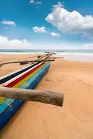 barco fisher na praia sri lanka foto