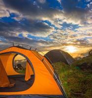 acampamento turístico no ocaso