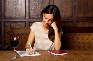 escrevendo uma carta em um pub