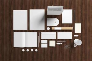 artigos de papelaria em branco em fundo de madeira