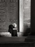 mulher chorando com lenço na cabeça (preto e branco)