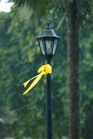 fita amarela no poste de luz
