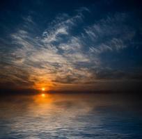 pôr do sol dramático. foto