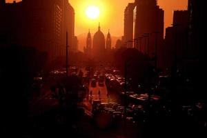 nascer do sol na avenida presidente vargas com a igreja candelaria