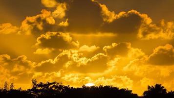 pôr do sol de ouro foto