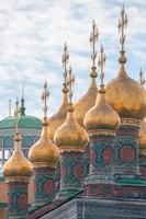 cúpulas tendo igrejas do palácio, templo do manto de deposição, moscovo kremlin foto