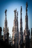 duomo milão - torres de telhado foto