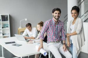 jovens no escritório foto