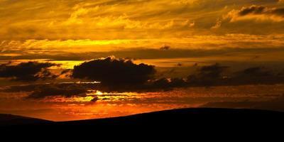 céu nublado por do sol