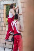 trabalhadores da construção durante o trabalho foto