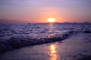 pôr do sol e praia