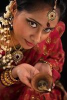 fêmea indiana de diwali com lâmpada de óleo
