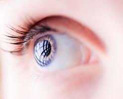 close de um olho azul feminino foto