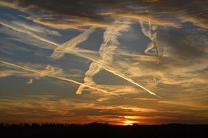 pôr do sol com cloudtrails foto
