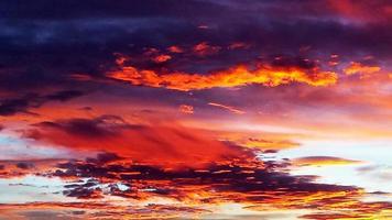 excelente pôr do sol colorido foto