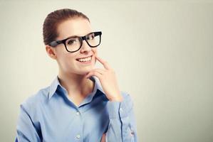empresária com grandes óculos olho roxo foto