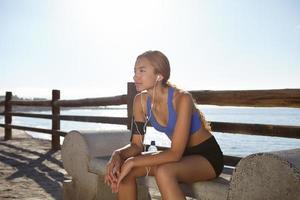 jovem atleta sentado lá fora no verão