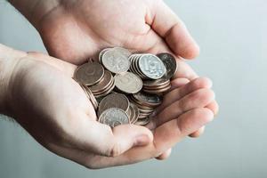 moeda de cinco rublos nas mãos do homem foto