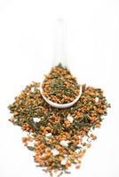 colher de genmaicha (pipoca ou chá de arroz integral) foto