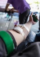 pessoas dando doação de sangue foto