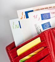 dinheiro euro na carteira foto