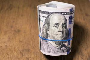 rolo de notas de cem dólares