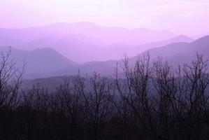 montanhas roxas majestade em camadas cordilheira