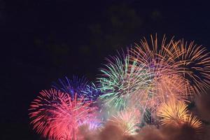 fogos de artifício tradicionais japoneses no céu noturno