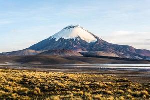 vulcão parinacota, lago chungara, chile foto