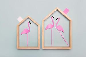 diptyque de maisons avec flamants roses