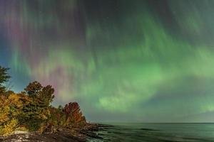 aurora boreal sobre o lago superior em michigan