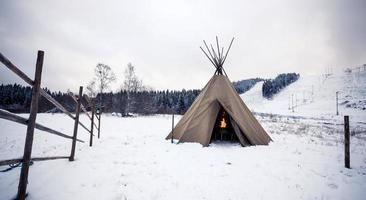 tenda na floresta de inverno foto