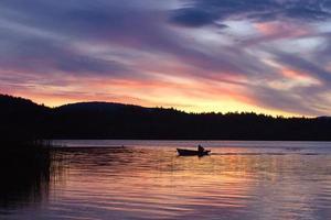 pôr do sol sobre o lago alces foto
