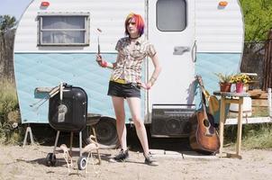garota na frente de um trailer