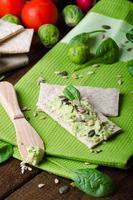 abacate em casa, espalhe no pão estaladiço com sementes foto