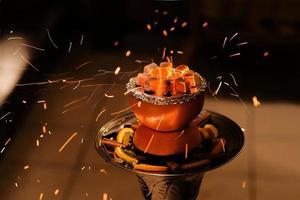 cachimbo de água asiático, arábia com carvão. foto