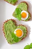 sanduíche com pasta de abacate e ovo foto